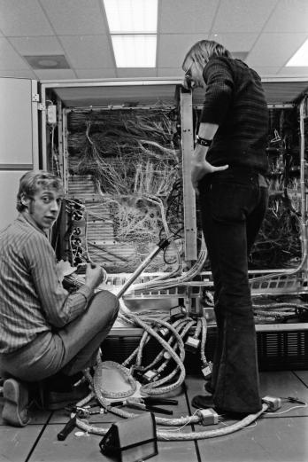 Jan-Erik och Salle kopplar i processorn